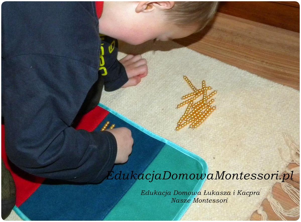 Rozwiń dywan. Usiądź dzieckiem na podłodze. Podaj dziecku pewna ilość jedności, tak aby przekraczała 10. Połóżcie jednostki na dywan.